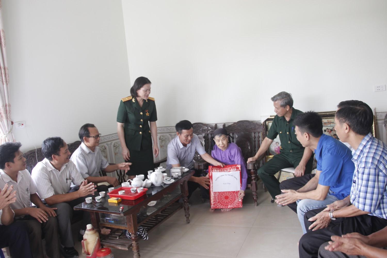 Thăm mẹ Việt Nam anh hùng Tạ Thị Văn nhân ngày 27/7
